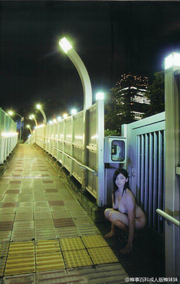 在天桥发现一枚野生妹子。你敢带回家吗?