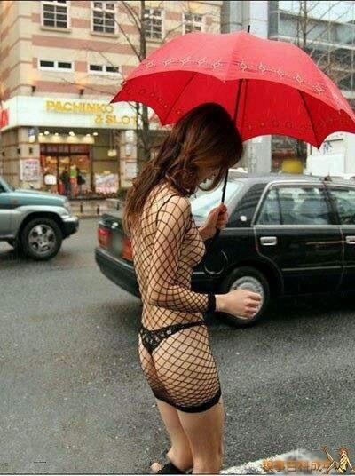 姐姐。你穿这样上街。考虑过司机大哥么?会有很多车祸的