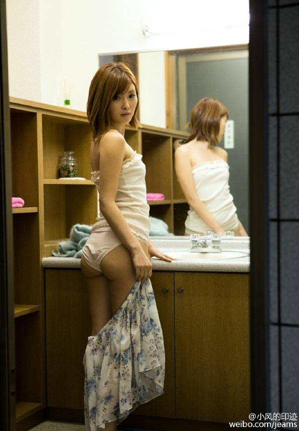 更衣室美女脱裙子被偷拍
