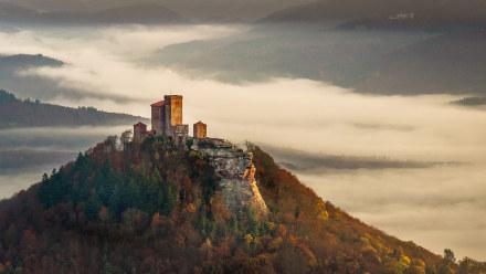 秋日雾中清晨里的特里斐斯城堡
