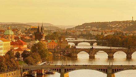 伏尔塔瓦河上的查理大桥和老城桥塔