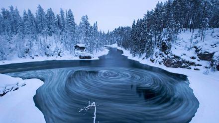 冬季奥兰卡国家公园Myllykoski风景区中的漩涡