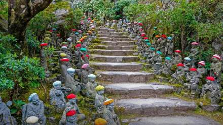 排列在通往大圣院石径上的小罗汉雕像