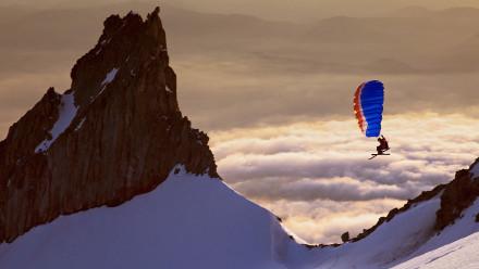 野外探险家亚历克斯·彼得森在胡德山南侧快速滑翔