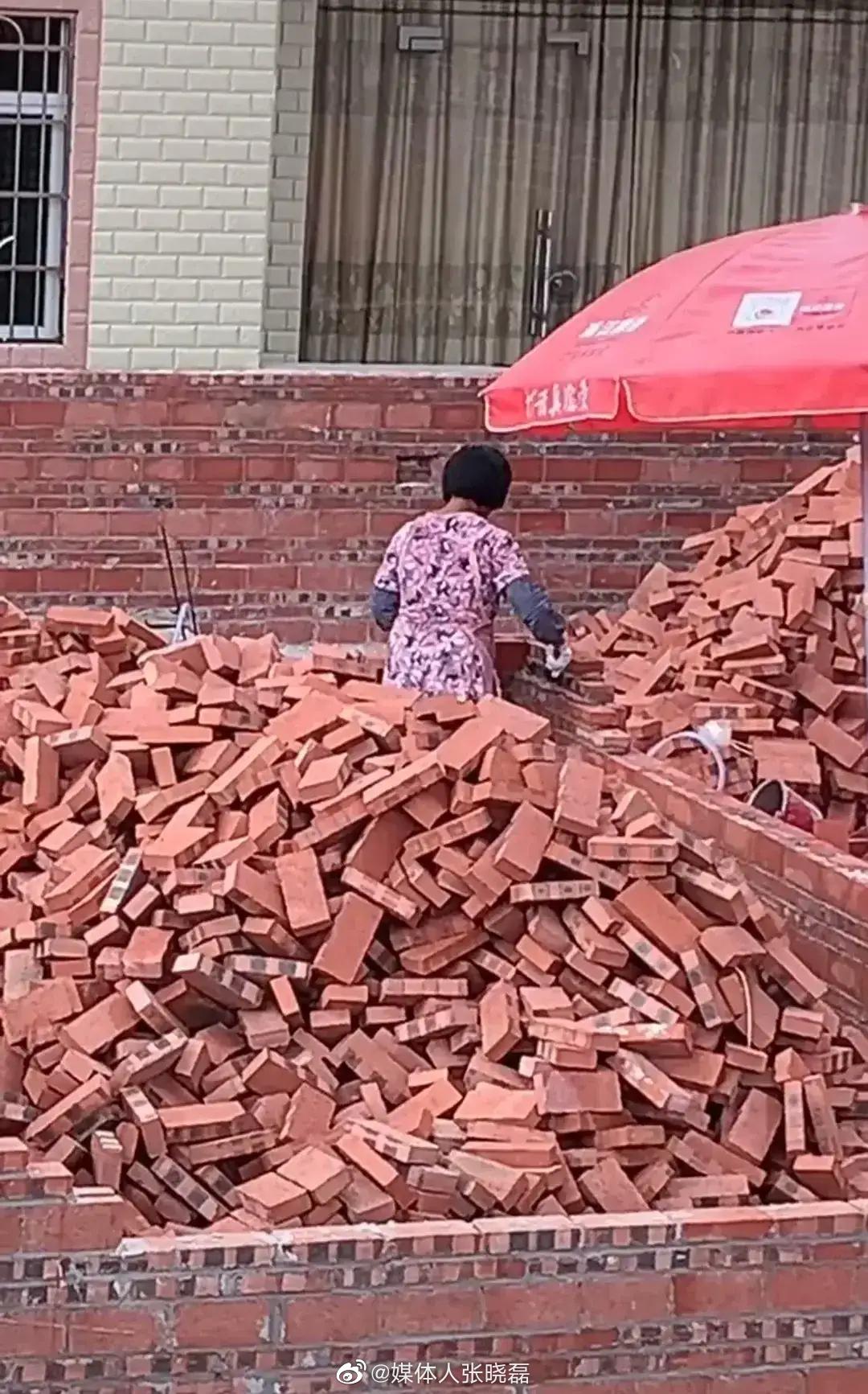 太厉害了!图中这位大姐竟然一人盖起了房子...