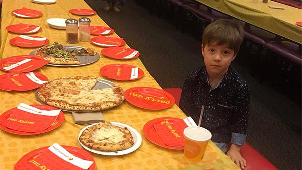 """小男孩邀32名同学庆生被""""放鸽子"""" 一脸无奈的照片 - 1"""