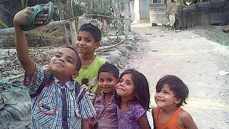 """印度孩子举拖鞋""""自拍""""照走红社交网络的照片 - 1"""