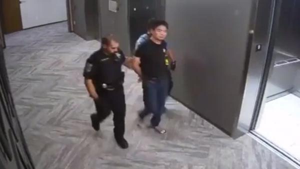 刘强东被警方带走视频曝光 脚上还穿着拖鞋的照片 - 1
