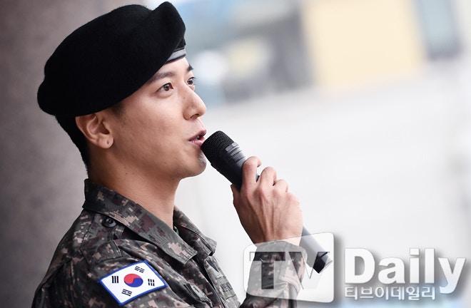 千名粉丝迎接他!郑容和正式退伍宣布下月开始巡演,自爆在军中认识了更多女团插图4
