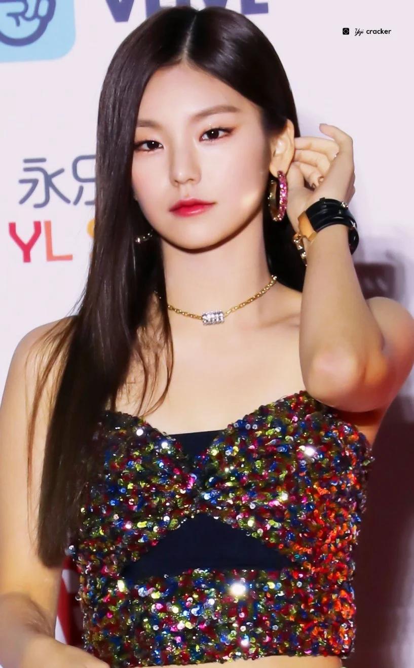 韩国女团ITZY成员黄礼志(YEJI)10大最让人惊艳的红毯造型插图(20)