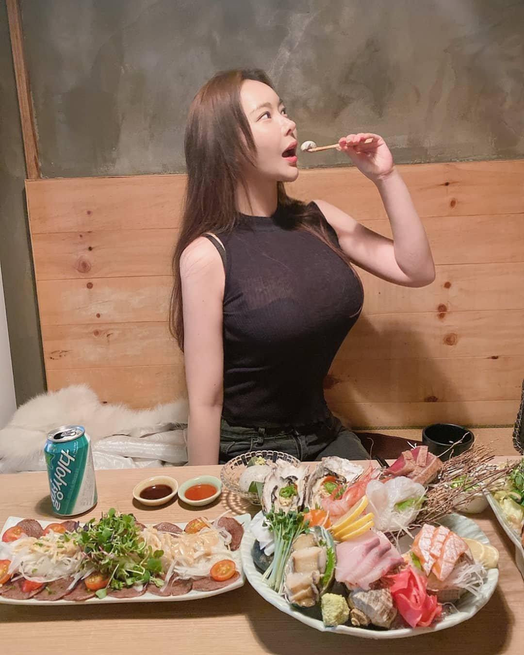 跟这样的大姐姐一起吃饭需要注意什么