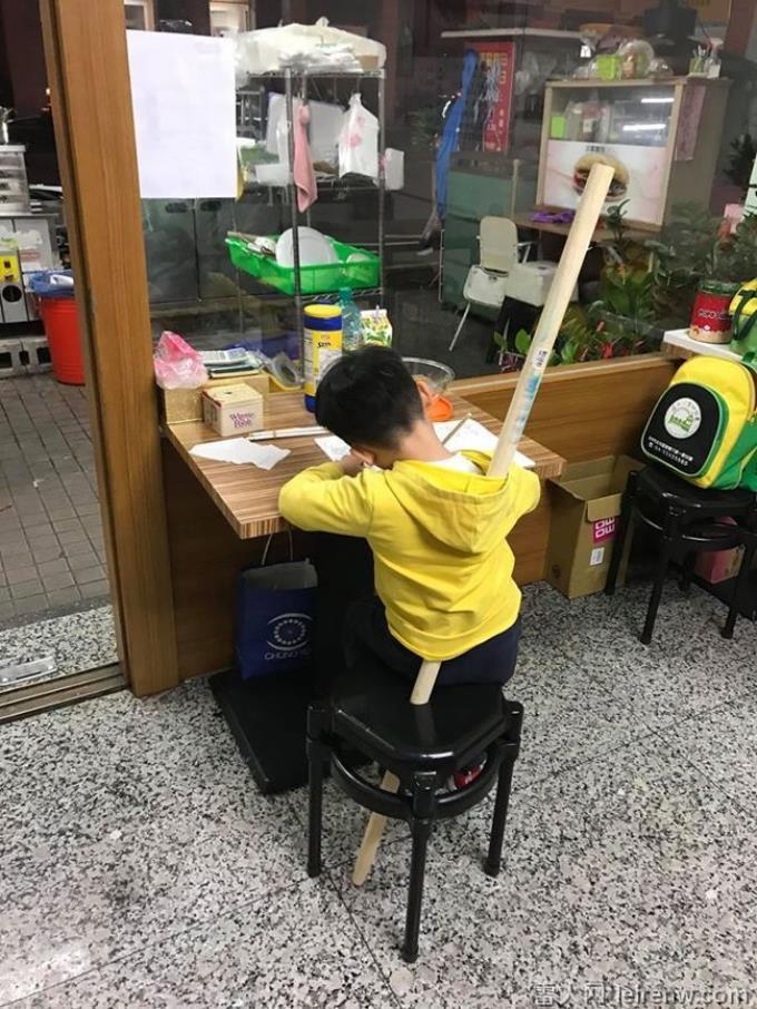 儿不写功课虎妈使出「定海神针」 网笑炸:原来椅子中间的洞是这样用!