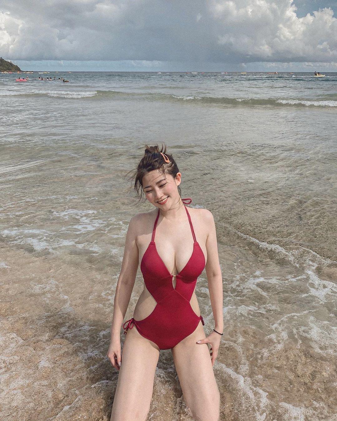 白嫩比基尼正妹安安Julianne红色连体泳衣太性感