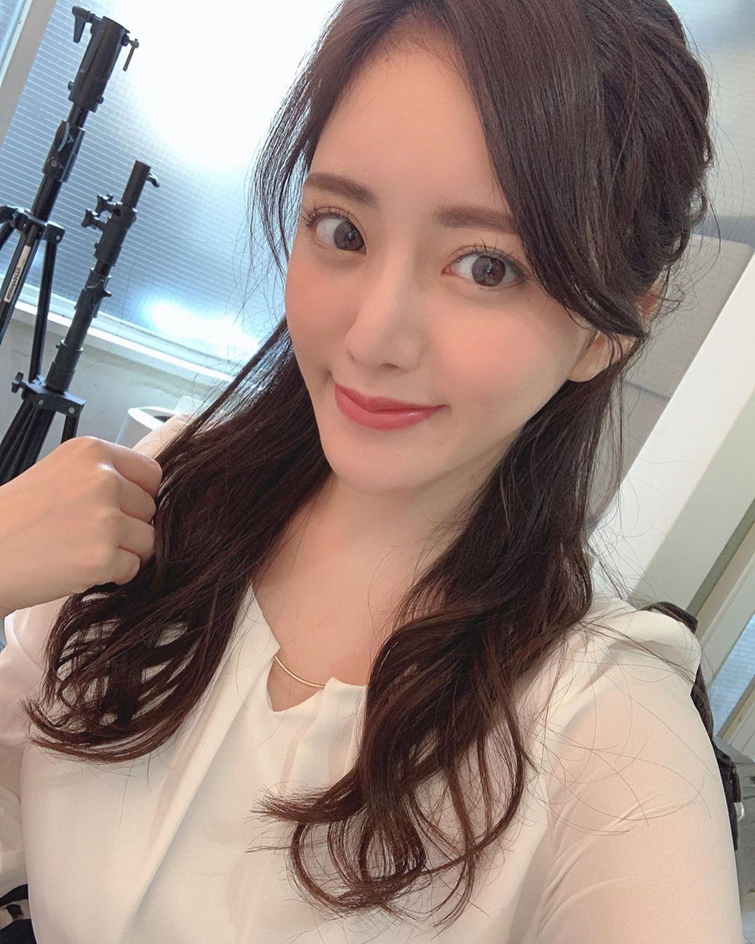 日本大胃王美女细肩带背心内衣饱满胸型外泄 养眼图片 第4张