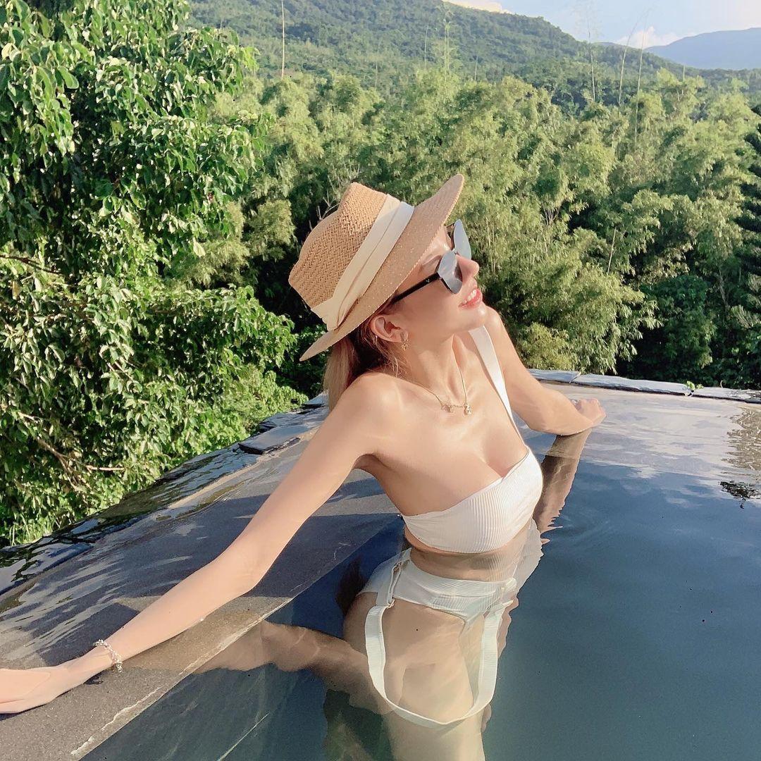 美女老板娘KAKA泳池度假,展现性感翘臀微笑线 宅猫猫 热图3