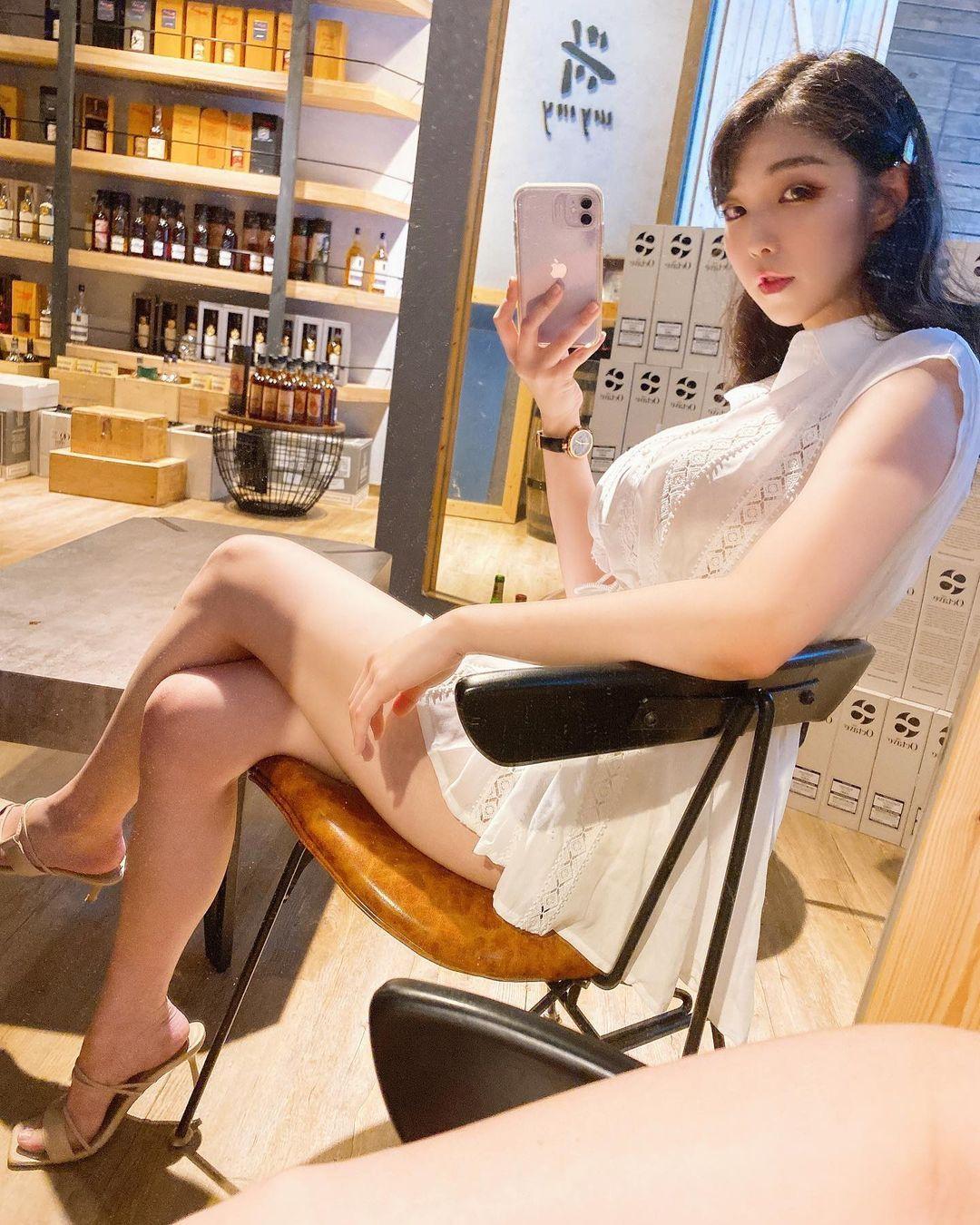 美女酒商Mia 米亚换上比基尼展现性感身材