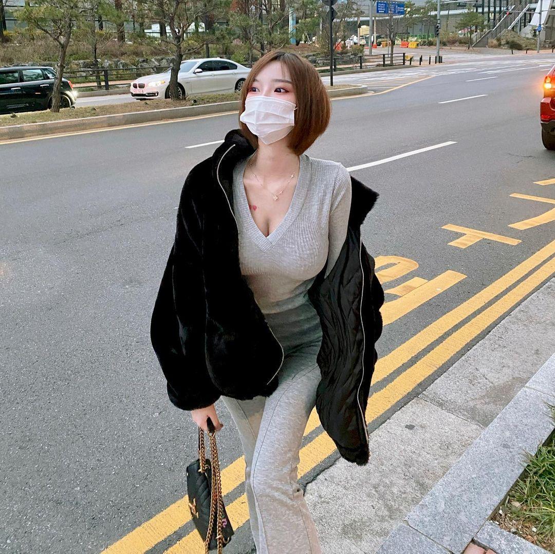 韩国网红Mina 민아穿低胸上衣双峰呼之欲出 美图 热图2