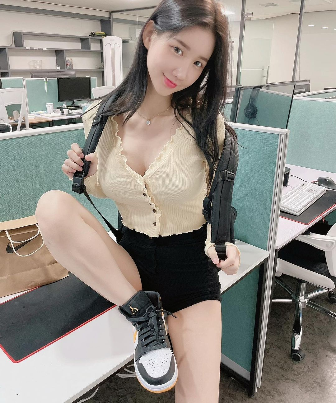 南韩性感惹火DJ办公室OL写真露出雪白肌肤