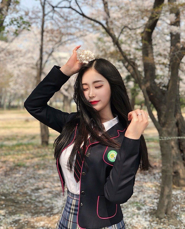 精灵般的神颜!南韩高中妹子「flora」人正身材好,制服脱下超不科学弧度挺出!