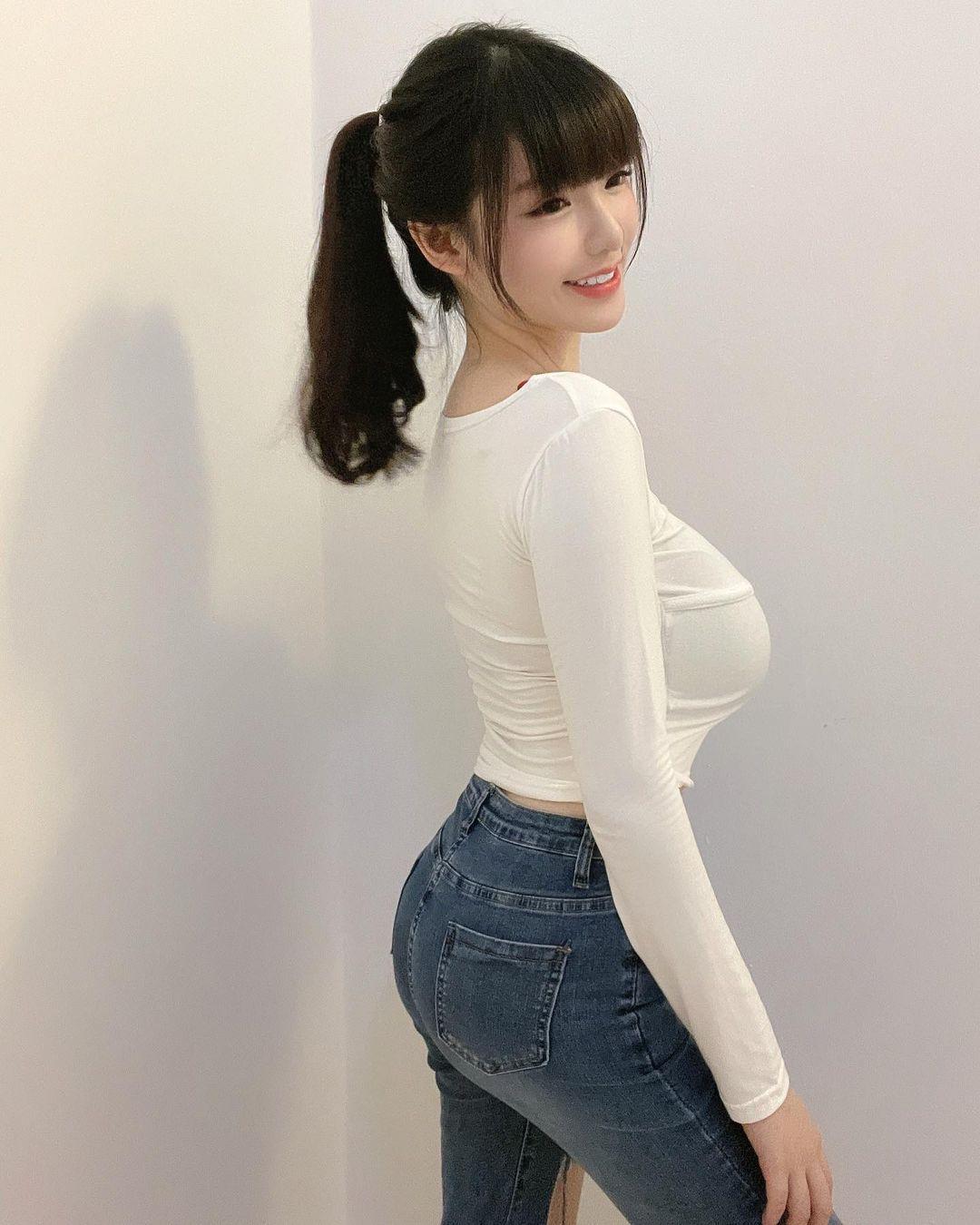 美图精选&高颜值「短发辣妹」路边展现极品好身材!-兔子社
