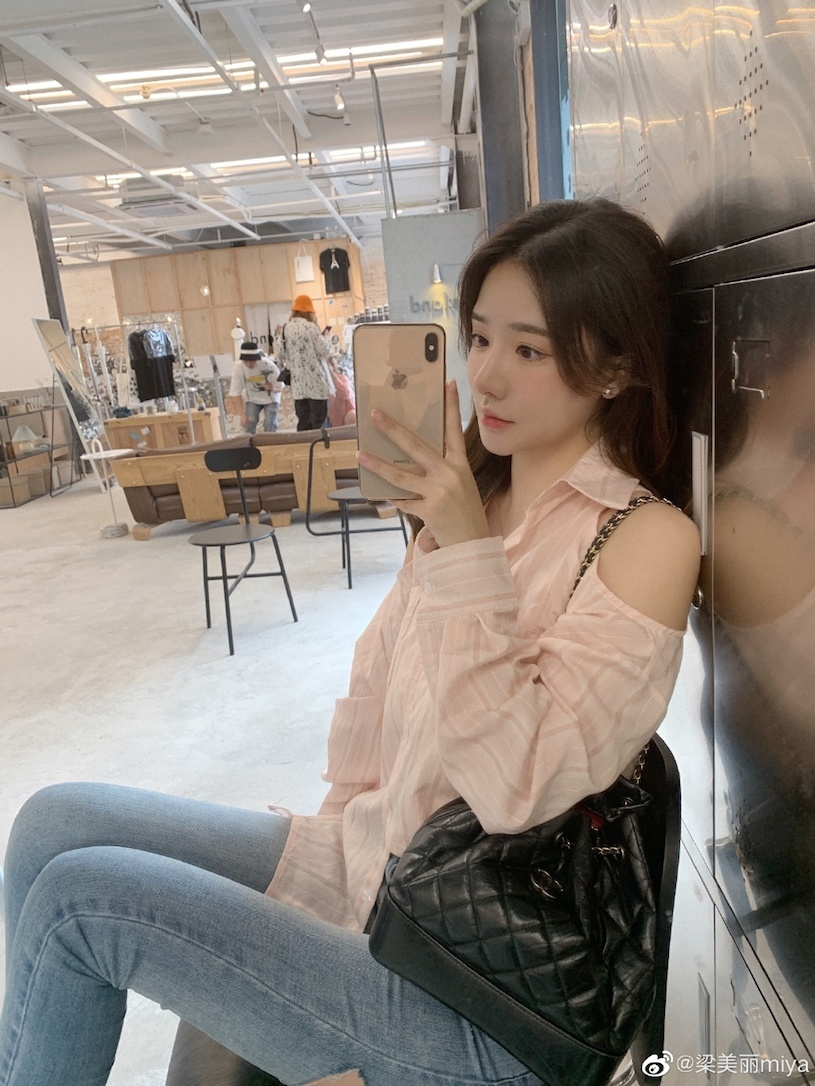 香港甜心美女分享露肩春装,白嫩暗藏实力. 网络美女 第3张