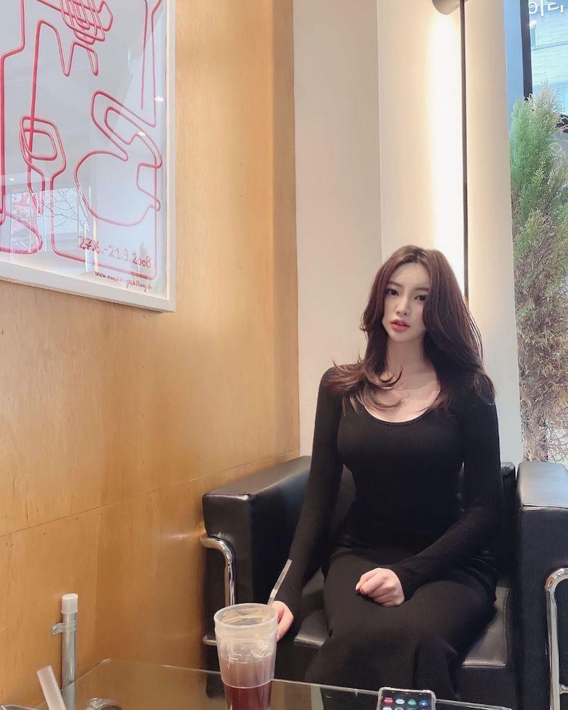 IG美女OL「喝饮料」,「性感画面」让客人都想认识. 网络美女 第4张