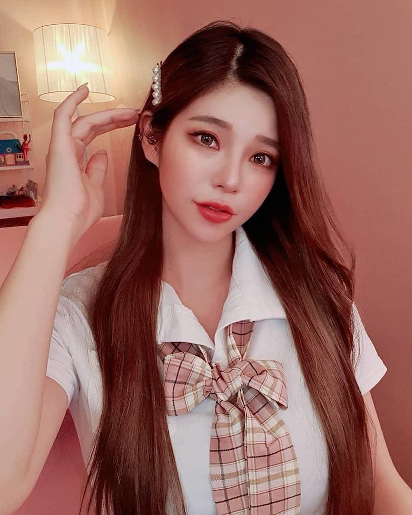 很Juicy的甜美制服妹子,穿上红色礼服解放「超凶」. 网络美女 第8张