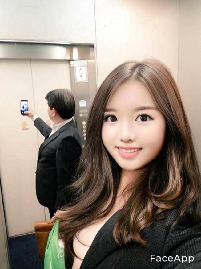 日本萌妹子「在宅のアーマー」,为何电梯自拍惊见镜中诡异人影?-新图包