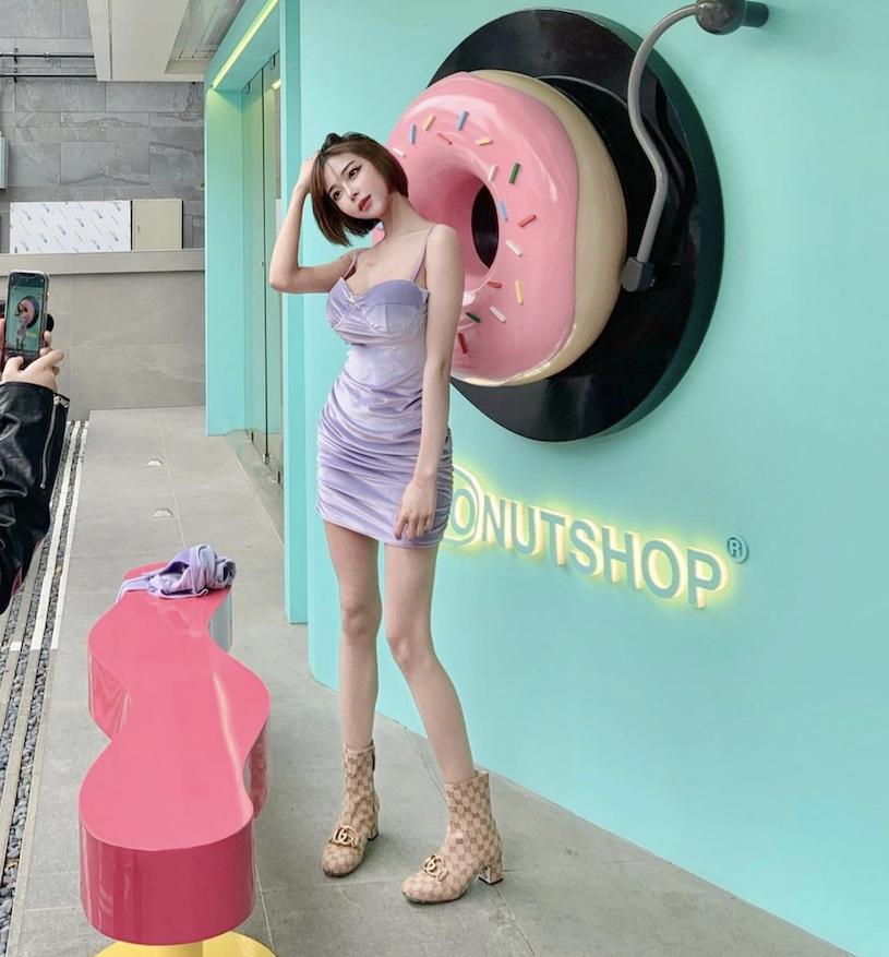 停车场171cm短发女孩展现超视角完美身材画面好壮观 养眼图片 第10张
