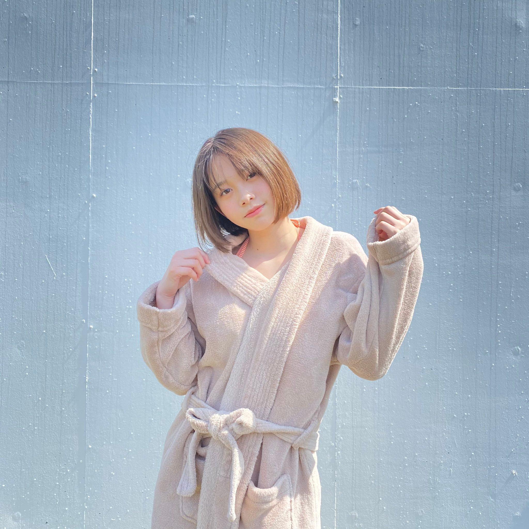甜甜一笑,心情转好!18岁妹「新田步凪」比基尼解放纤腰、事业线