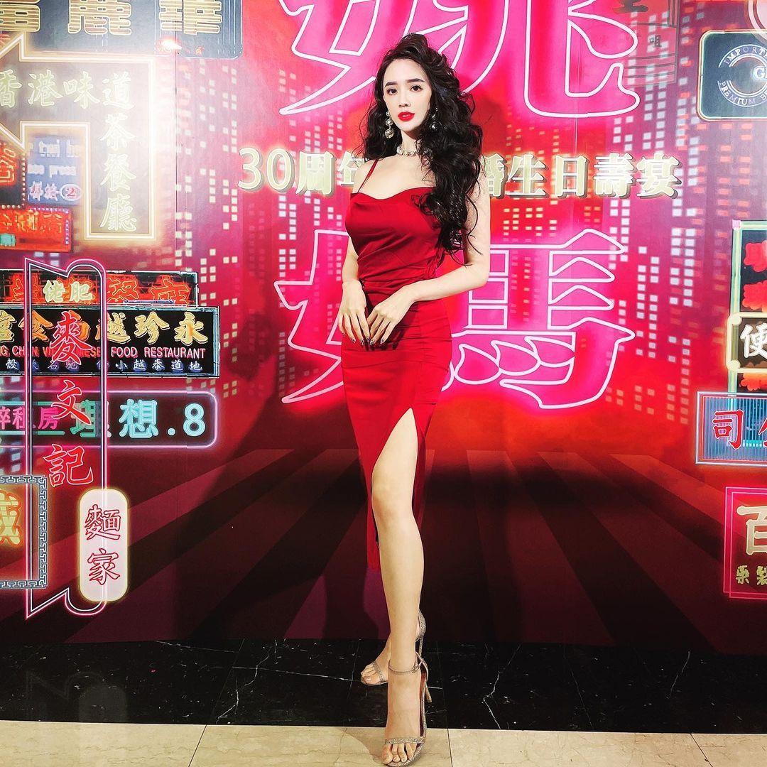 人气美女Zihan Weng子涵港风造型超美艳低胸礼服 妹子图 热图2