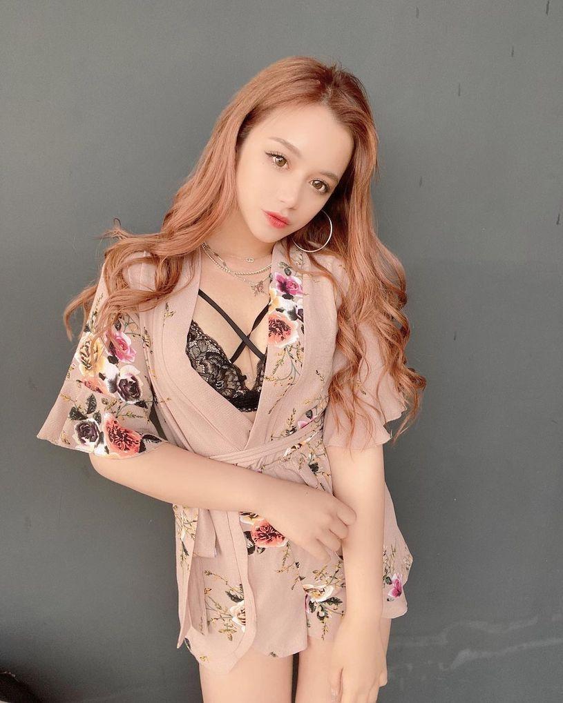 20岁日菲混血美女「穿上火辣小背心」,随性的姿势「超性感」. 养眼图片 第9张
