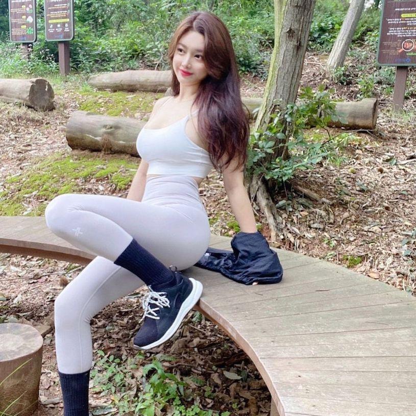 丰唇美女「登山时曲线毕露」,撩人的坐姿「好性感」. 网络美女 第6张