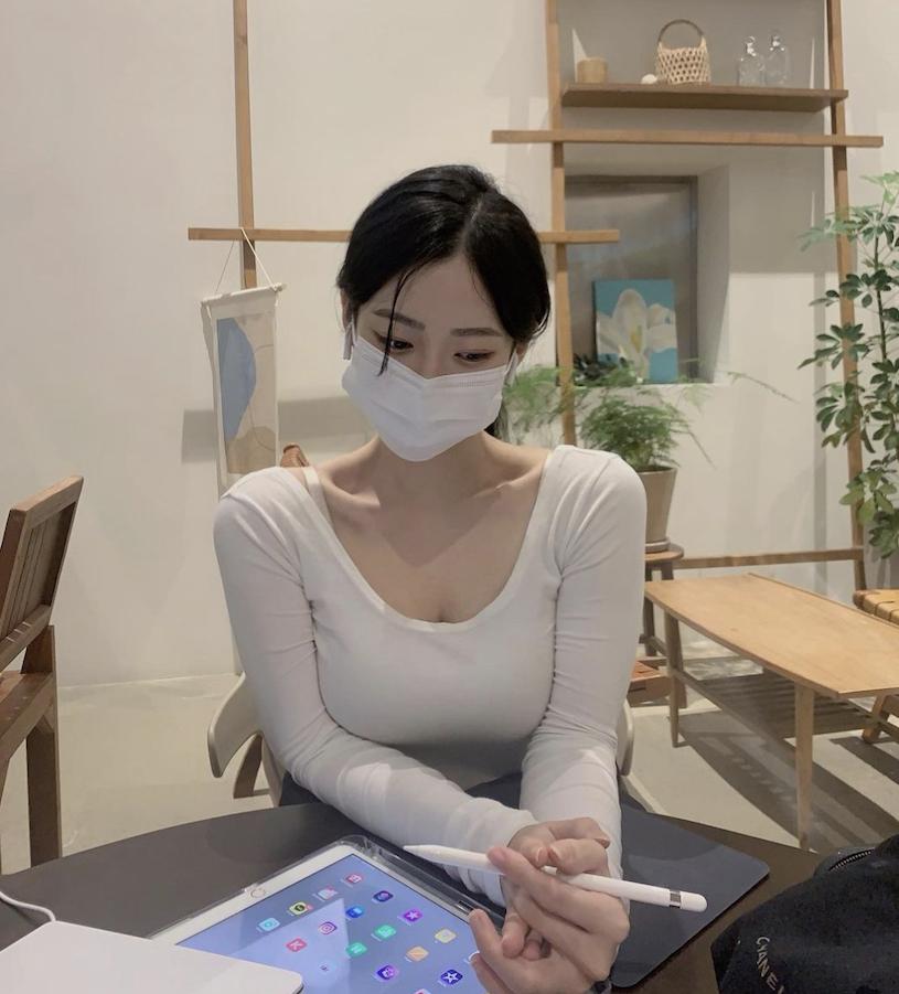 完美气质的口罩小甜是位韩国的网红美女
