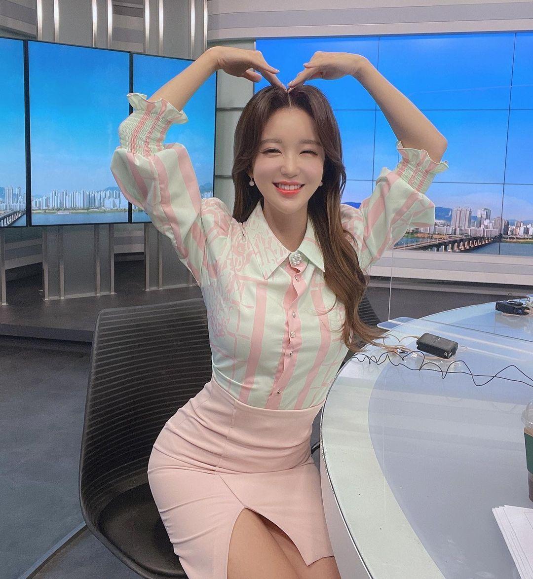 韩国美女主播「尹浩延」爱打高尔夫.球衣衬托超吸睛 养眼图片 第31张