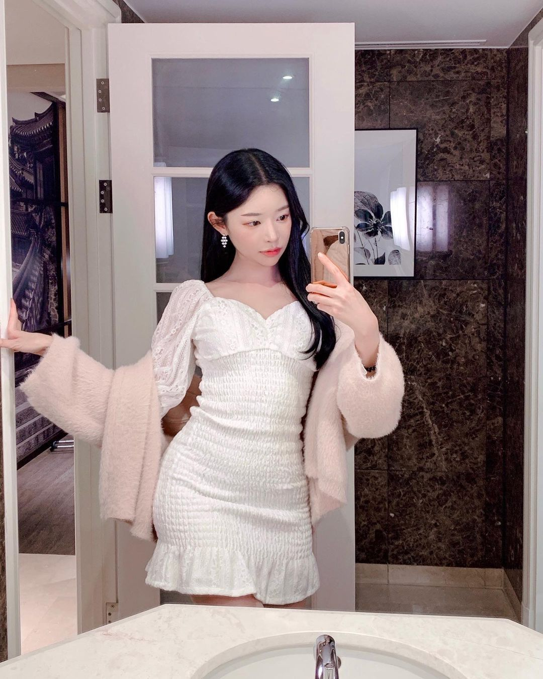 韩国街头超正短裙长腿妹,身材纤细却有料,清纯脸蛋藏着小恶魔的内在 养眼图片 第9张