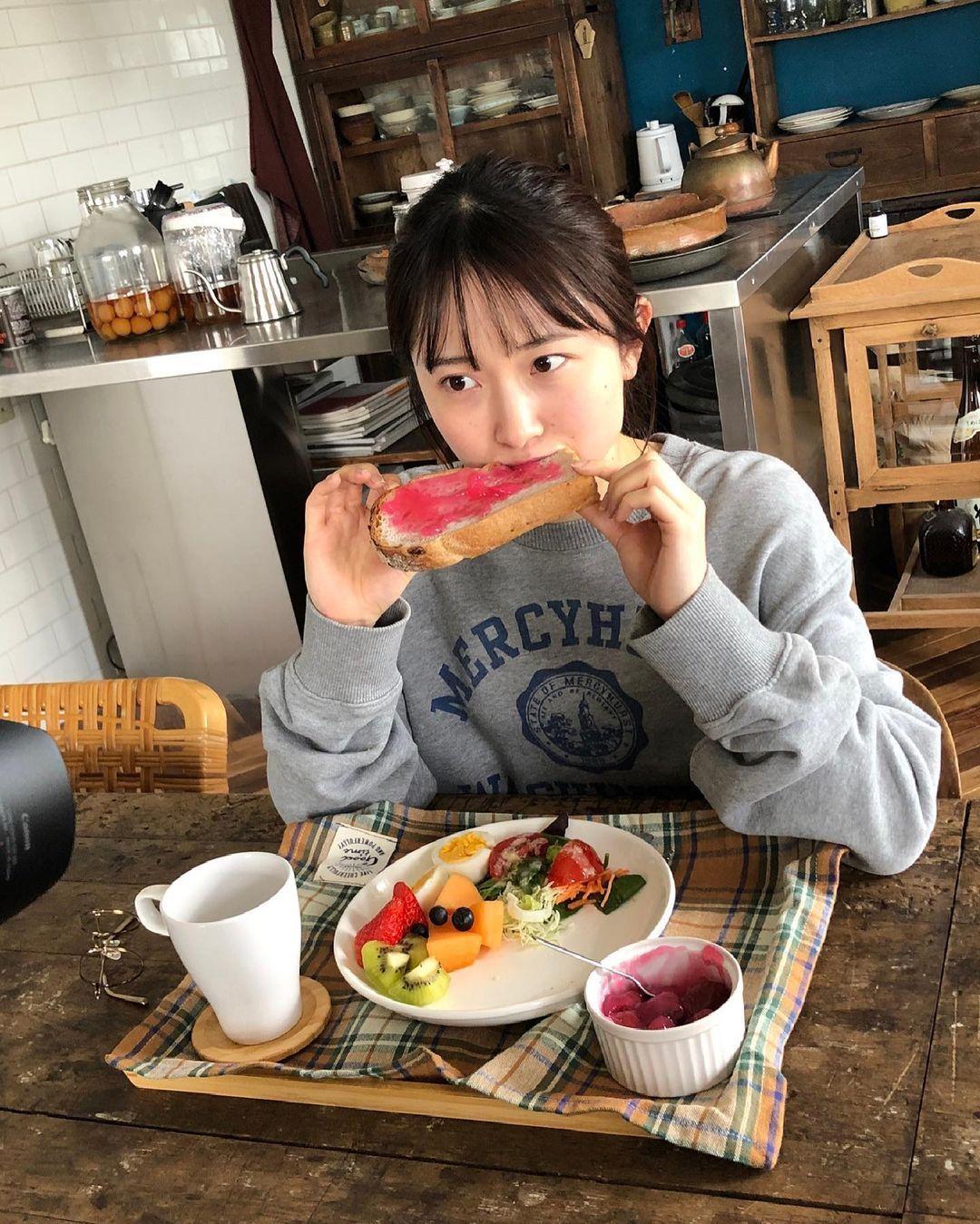 甜美小吃货森戸知沙希大口吃美食画面超疗愈疲惫心灵也跟着得到满足 养眼图片 第16张