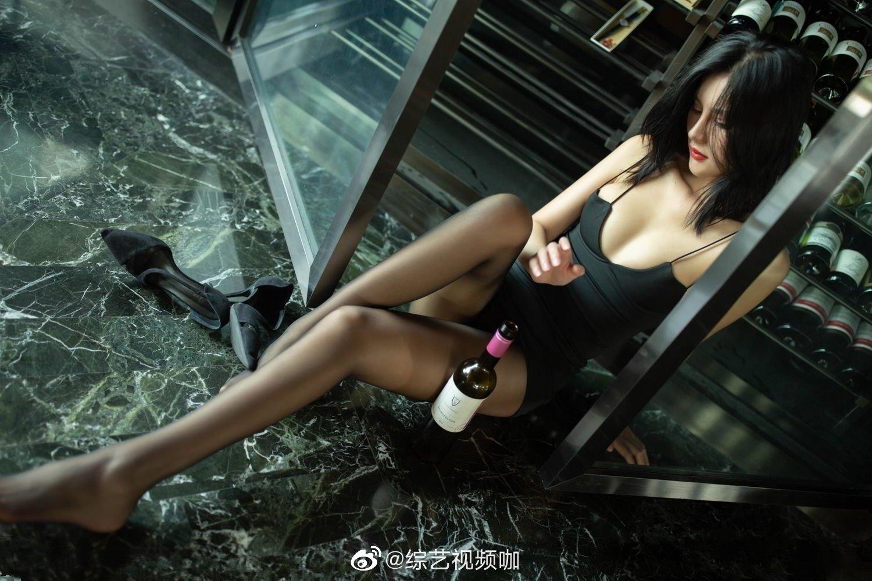就是阿朱啊酒窖写真 这双大长腿真的太迷人