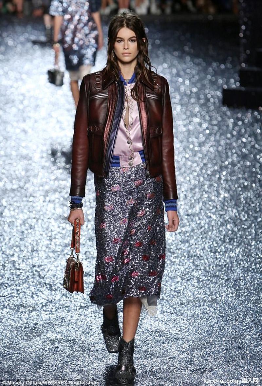 辛蒂克勞馥16 歲正妹女兒登紐約時裝周,素顏模樣瞬間憔悴 10 歲!