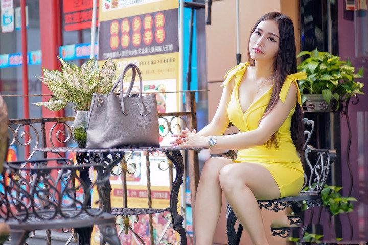 街拍黄裙子的小姐姐 妹子