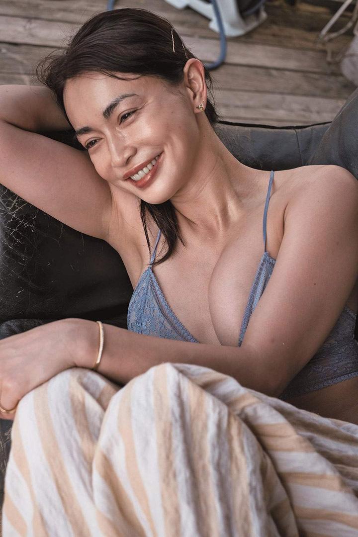 16年后长谷川京子首次推出美魔女性感写真作品展现妖娆魅力 (2)