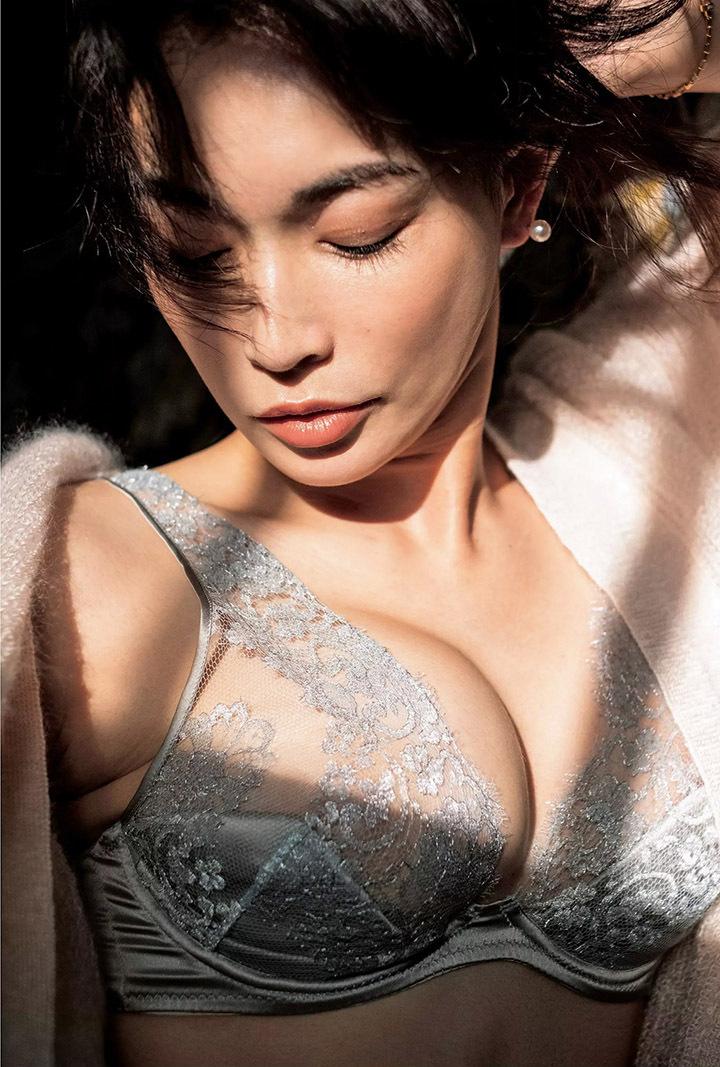 16年后长谷川京子首次推出美魔女性感写真作品展现妖娆魅力 (17)