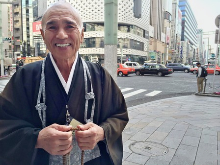 在日本银座站立10年为世人祈福的僧人因新冠去世