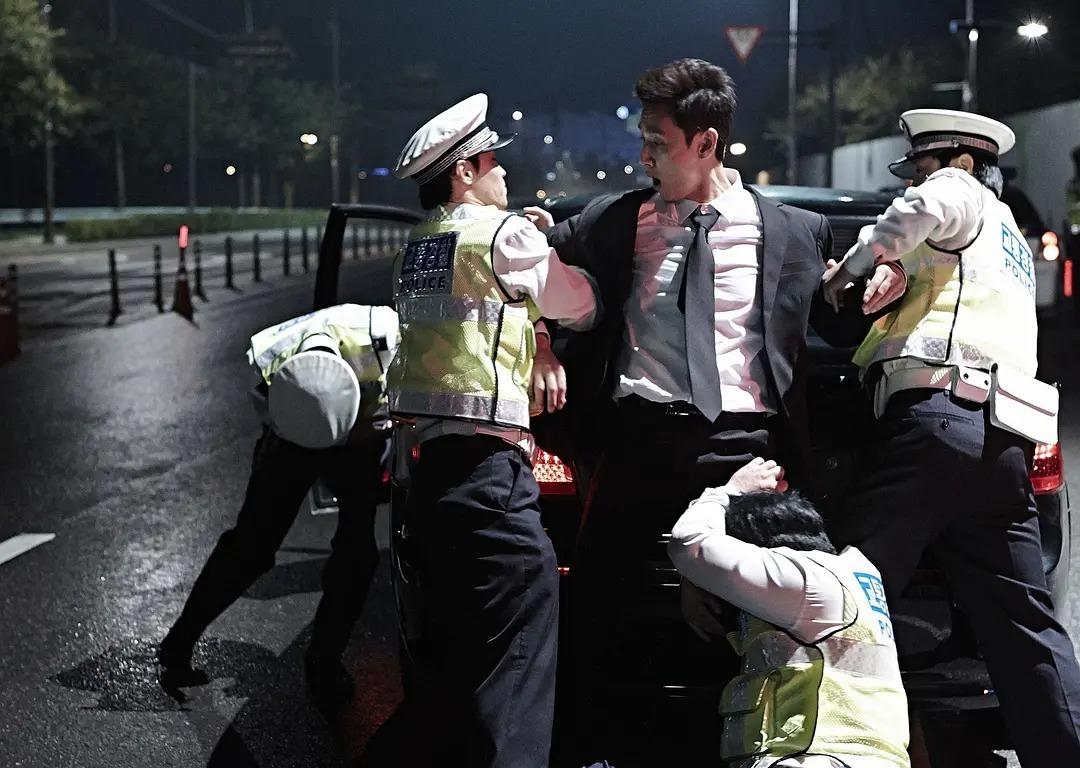 韩国电影《走到尽头》两个腐败警察之间的较量,当小苍蝇遇到大老虎 (3)