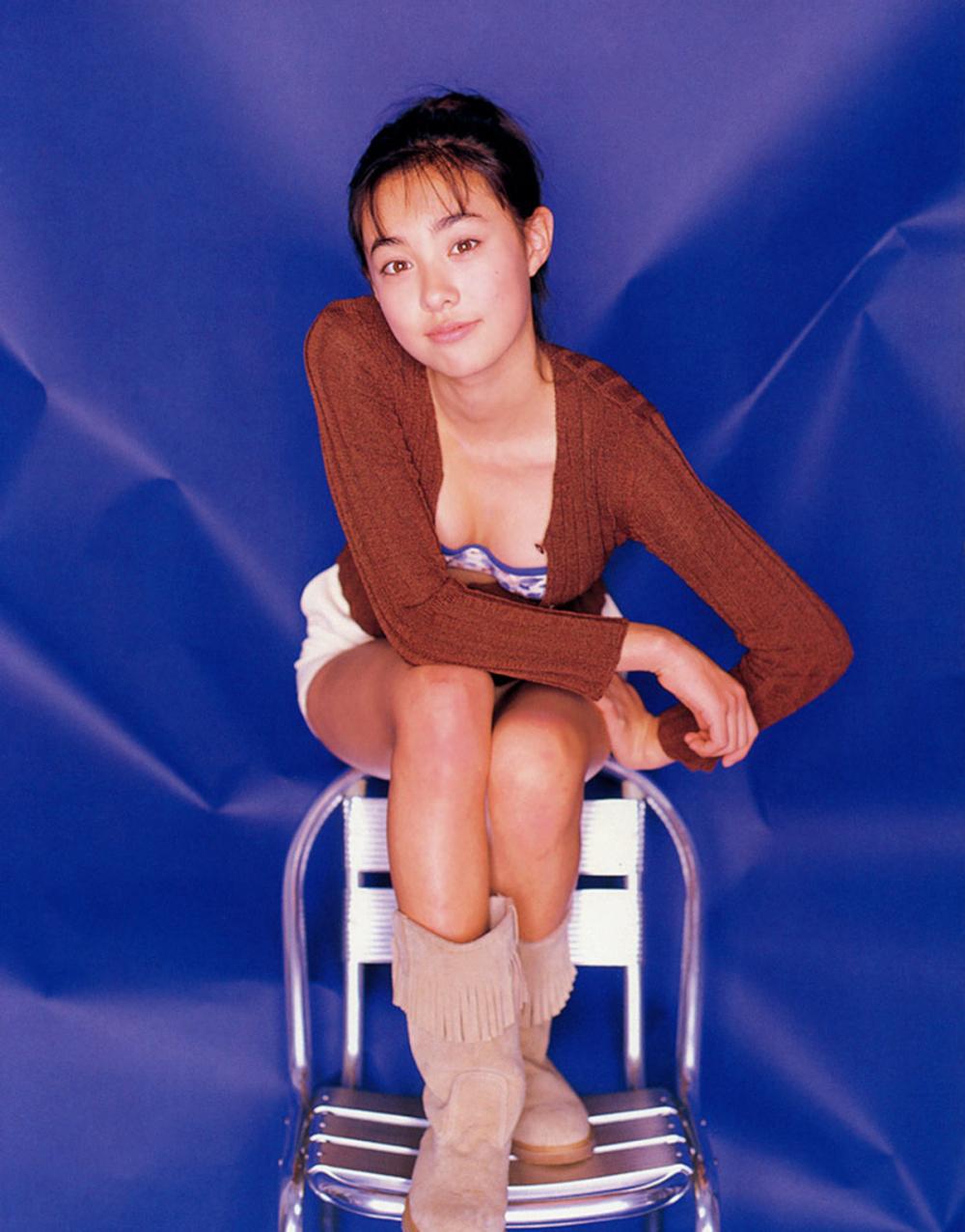 被锁在保险柜里的日本艺人吹石一惠的写真作品 (59)