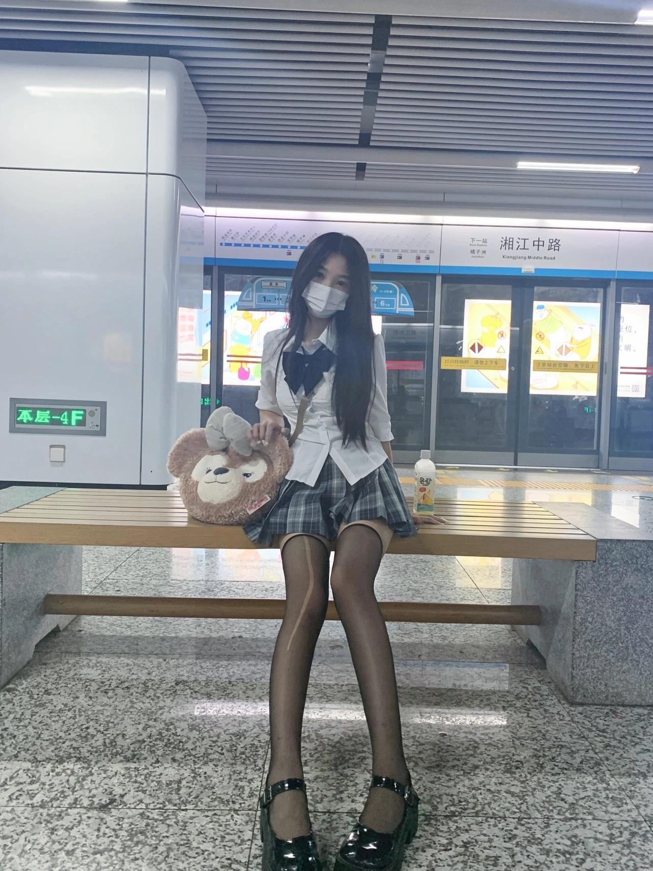 JK小姐姐图片:地铁上不知道被谁抓了一下就破了 妹子图
