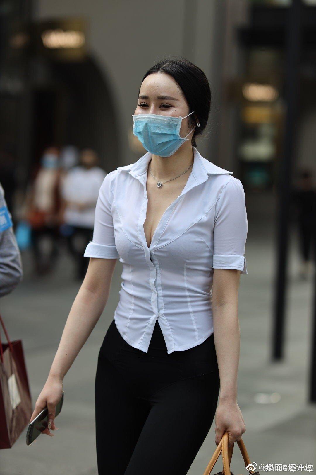 街拍口罩也遮不住白衣少妇开心的笑靥