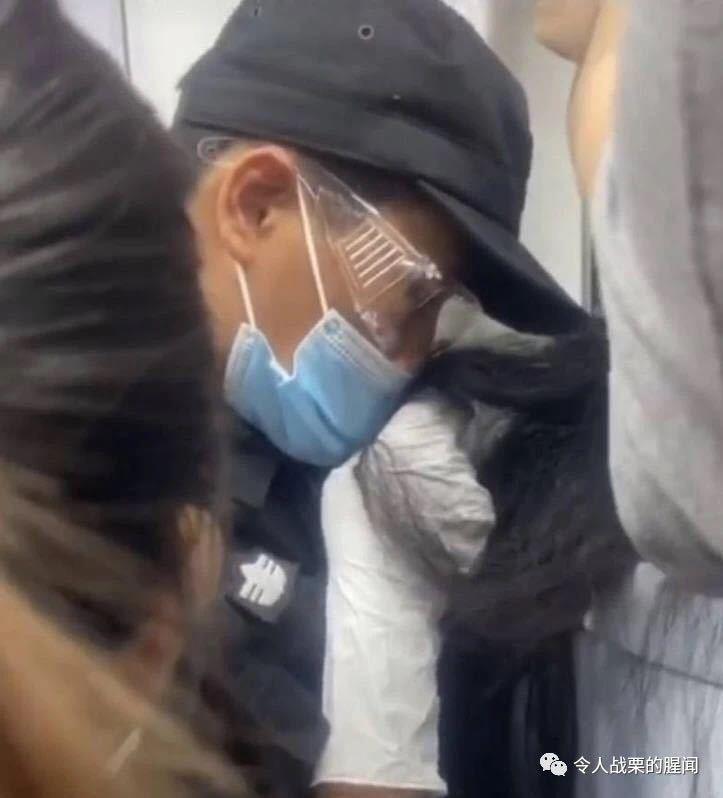 19岁深圳地铁安全员抚摸偷闻女乘客头发 已停职 行政拘留5日
