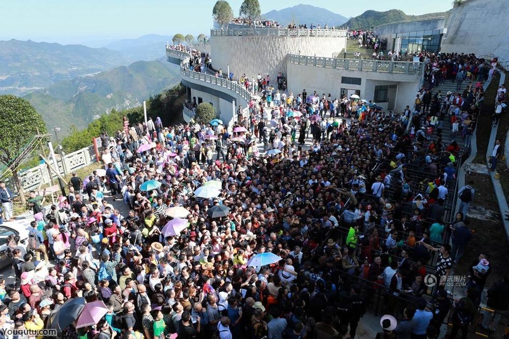 重庆云端廊桥一天接待游客3万余人[6P]