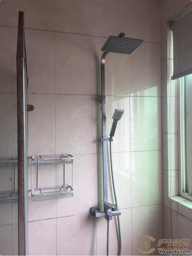 19岁女房客正在洗澡,突然发现浴室一角有包烟[9P]